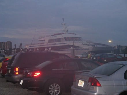 Blick vom Parkplatz auf den Katamaran - Key West Express