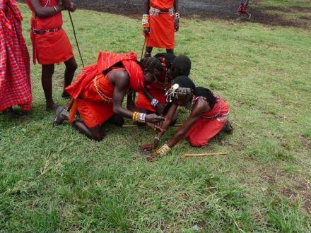 Es wird Feuer gemacht - Masai Dorf