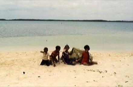 Vier kleine Kinderlein am Strand - Lac Bay