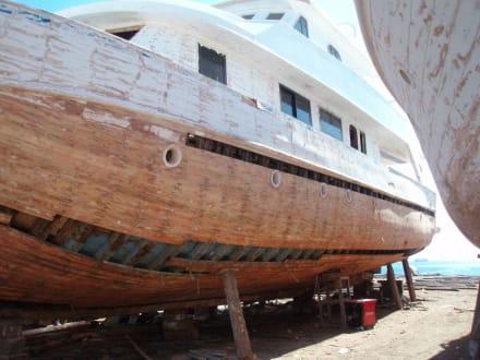Schiff in der Werft - Bootswerft Hurghada