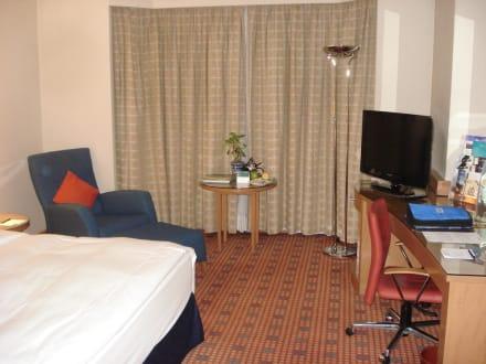 Blick ins Zimmer, auf den Arbeitsbereich - Hotel Ankara HiltonSA
