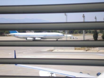 Blick durch das Terminalfenster - Flughafen Antalya (AYT)