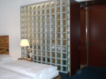 die sch ne wand aus glasbausteinen zum bad bild hotel m venpick berlin in berlin. Black Bedroom Furniture Sets. Home Design Ideas