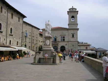 Am Hauptplatz von San Marino - Altstadt San Marino