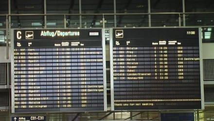 Abflugtafel im Untergeschoss - Flughafen München Franz Josef Strauß (MUC)