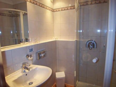 badezimmer kleine badezimmer mit dusche kleine badezimmer and kleine badezimmer mit dusche. Black Bedroom Furniture Sets. Home Design Ideas