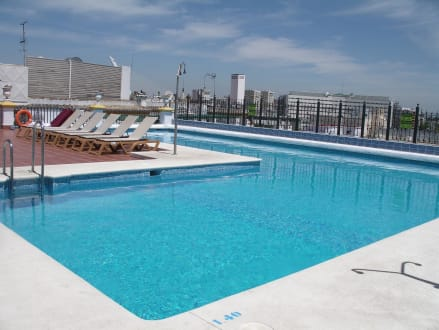 pool auf der dachterrasse bild tryp sevilla macarena hotel in sevilla andalusien spanien. Black Bedroom Furniture Sets. Home Design Ideas