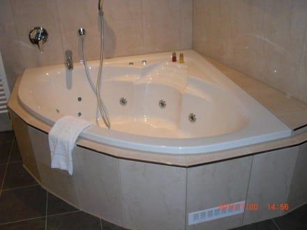 eckbadewanne mit whirlpool in der junior suite bild hotel esperanto in fulda hessen deutschland. Black Bedroom Furniture Sets. Home Design Ideas