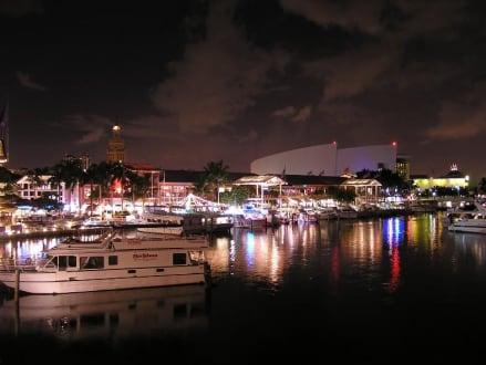 Bei Nacht - Downtown und Marketplace
