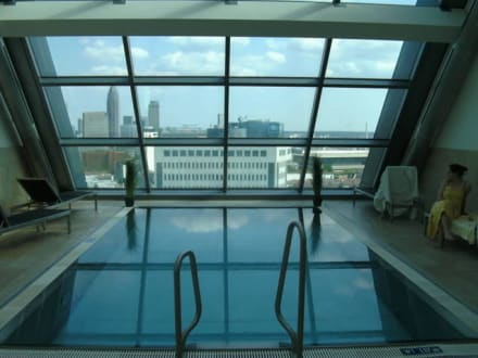 das heaven spa mit skylineblick bild radisson blu hotel frankfurt in frankfurt am main. Black Bedroom Furniture Sets. Home Design Ideas