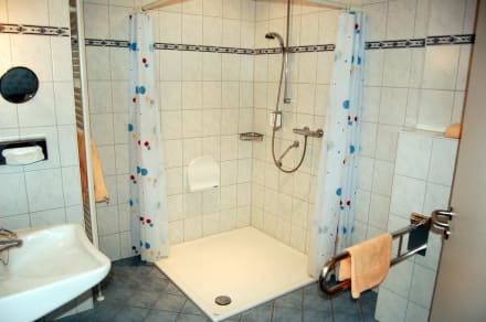 behindertengerechtes bad bild sporthotel middelpunkt in aurich niedersachsen deutschland. Black Bedroom Furniture Sets. Home Design Ideas