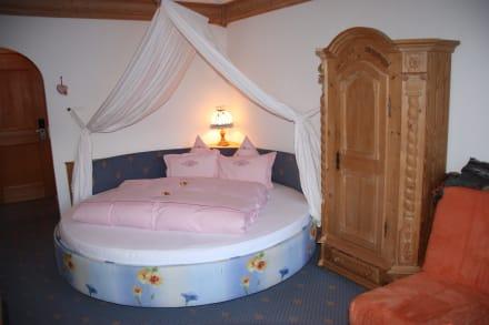 runde himmelbetten bild hotel bergkristall in silbertal vorarlberg sterreich. Black Bedroom Furniture Sets. Home Design Ideas