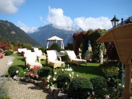 Gartenanlage mit Liegen - Stock Resort