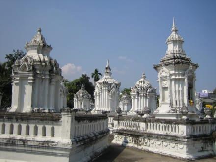 Chedis in Wat Suan Dok - Wat Suan Dok