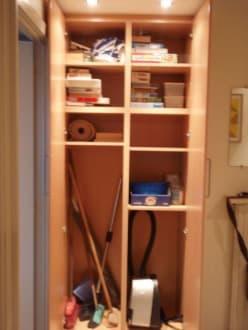 besenschrank bild apartments r serve ii in de haan. Black Bedroom Furniture Sets. Home Design Ideas