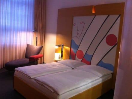 Bett mit Ottomane - Hotel INNSIDE Berlin