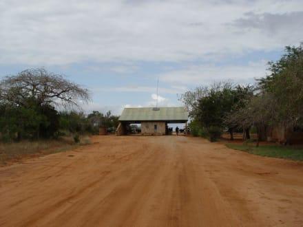 Ausgang von Tsavo Ost - Tsavo Ost Nationalpark