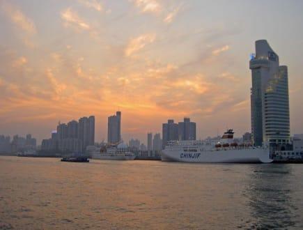 Kreuzfahrt- Terminal bei Sonnenuntergang - Uferstraße Bund Shanghai