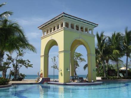 Poolbar am Hauptpool - Hotel Sandals Whitehouse European Village & Spa