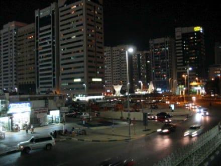 Abu Dhabi bei Nacht  - Skyline Abu Dhabi