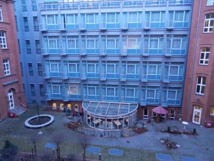 Blick aus dem Fenster auf den Frühstücksbereich - Hotel INNSIDE Berlin