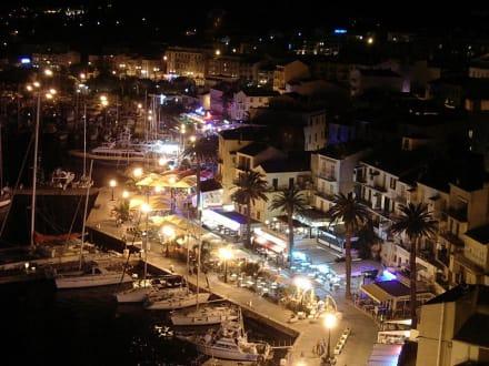 Blick auf die Hafenstraße von Calvi bei Nacht - Hafen Calvi