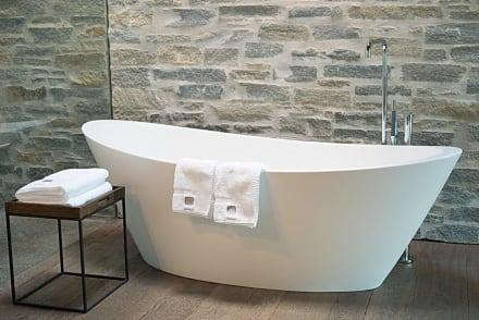 freistehende badewanne im zimmer mit oberlicht bild. Black Bedroom Furniture Sets. Home Design Ideas