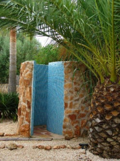 die dusche im garten bild finca amapola in campos mallorca spanien. Black Bedroom Furniture Sets. Home Design Ideas