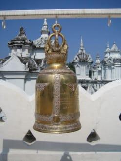 Eine tolle Glocke in der Tempelanlage. - Wat Suan Dok