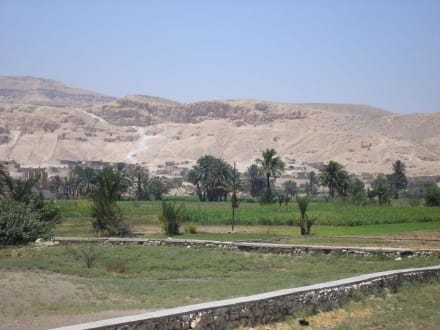 Blick von den Memnonkolossen zum Tal der Könige - Kolosse von Memnon