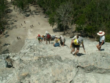 Blick runter con der großen Pyramide - Ruinenstätte Cobá