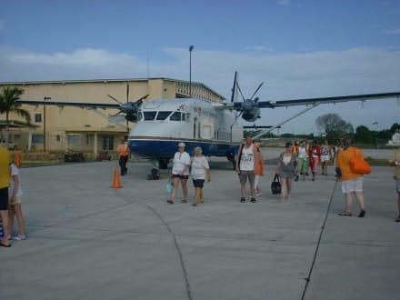 Transferflugzeug auf dem Flughafen La Romana - Isla Saona