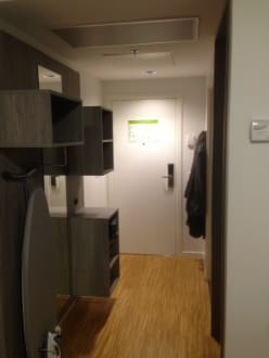 garderobe und eingang bild hotel scandic aarhus city in aarhus j tland d nemark. Black Bedroom Furniture Sets. Home Design Ideas