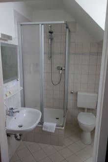 dusche und toilette bild hotel ulmenhof in bredstedt schleswig holstein deutschland. Black Bedroom Furniture Sets. Home Design Ideas