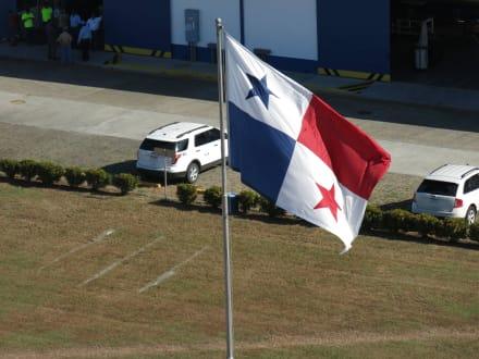 Panamas Nationalflagge - Panamakanal