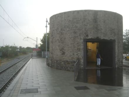 Bahnhof im alten Wachtturm - Bahnhof Santa Susanna