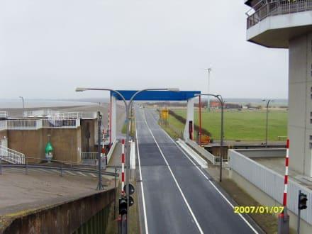 Die Landstrasse mit Waagebalken-Klappbrücke! - Eider-Sperrwerk