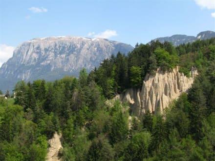 Erdpyramiden mit Schlern im Hintergrund - Sonnleiten Dolomiten Residence Ferienwohnungen Südtirol