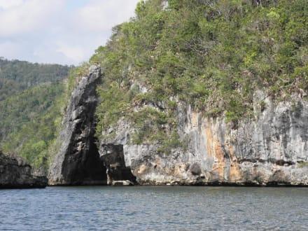 Naturpark Los Haitises - links Höhleneingang - Los Haitises Nationalpark