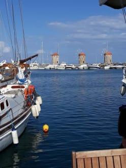 Blick über den Hafen auf die 3 Windmühlen - Hafen Rhodos