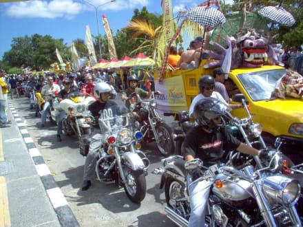 Rosenmontagzug auf Bali - Straßenumzug in Kuta