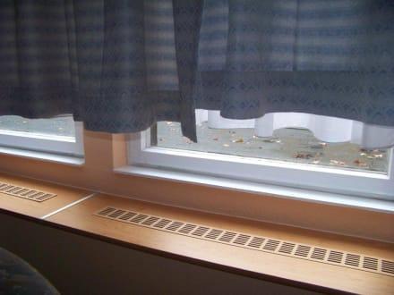 zu kurze vorh nge im zimmer bild hotel potsdamer hof in berlin mitte berlin deutschland. Black Bedroom Furniture Sets. Home Design Ideas