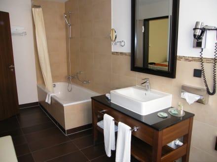 badezimmer mit badewanne dusche bild hotel courtyard by marriott bremen in bremen bremen. Black Bedroom Furniture Sets. Home Design Ideas
