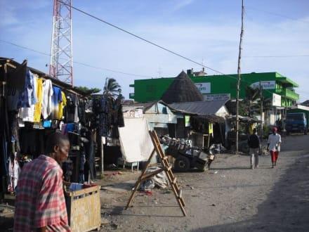 Rechts und links der Hauptstraße - Downtown Mtwapa