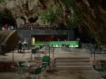 Terrasse mit Sitzgelegenheiten Hams Höhlen - Coves dels Hams / Hams Höhlen