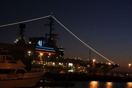 Abendansicht USS Midway - Maritime Museum of San Diego