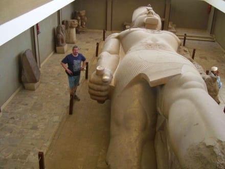 Peter neben Ramses  - Freilichtmuseum Memphis