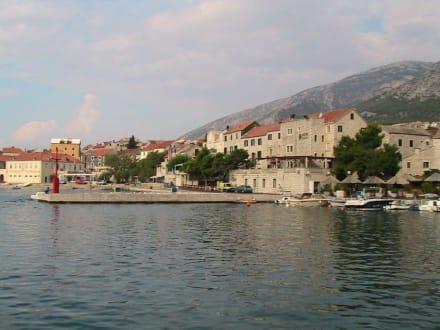 Blick vom Hafen Bol in den Ort - Hafen Bol