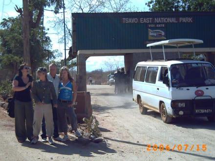 Eingang des Nationalparks & unser Safaribus - Tsavo Ost und West Safari