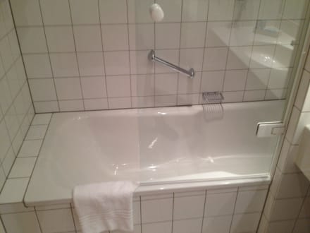badewanne mit integrierter dusche dorint kongresshotel d sseldorf. Black Bedroom Furniture Sets. Home Design Ideas